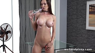 Hot Euro MILF lets the brush golden piss flow and turn this way lady has got a nice body